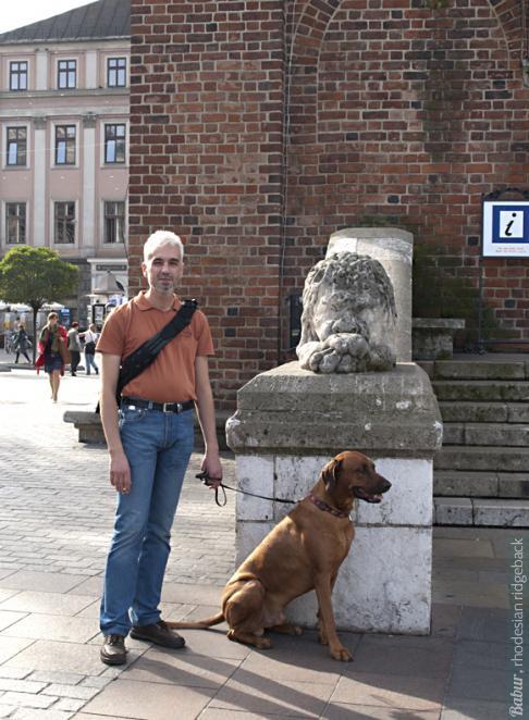 Риджбек обязательно должен сфотографироваться на фоне льва. Бабур