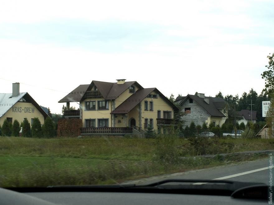 Такие милые домики украшали нашу дорогу